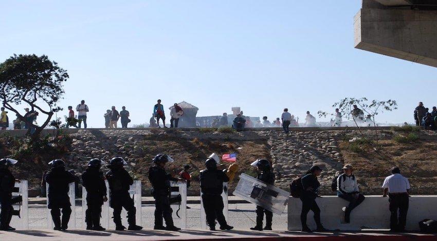 Migrantes rompen cerco en Tijuana