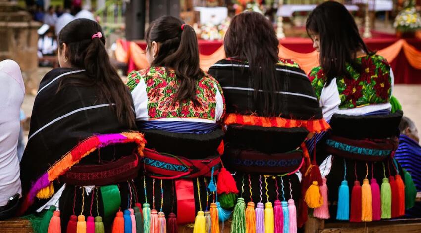 Mujeres Purepecha vestidas de fiesta. Créditos: Rodrigo Godínez